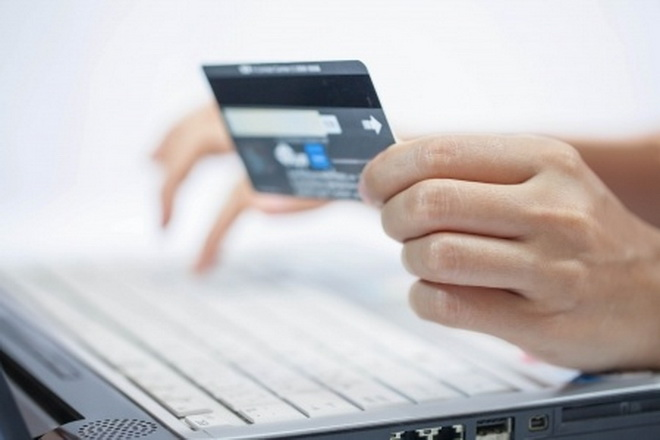 14354226 - using a credit card  online shopping